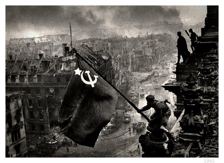 En mai 1945, le drapeau russe flotte sur la ville de Berlin en ruines. © Evgueni Khaldei