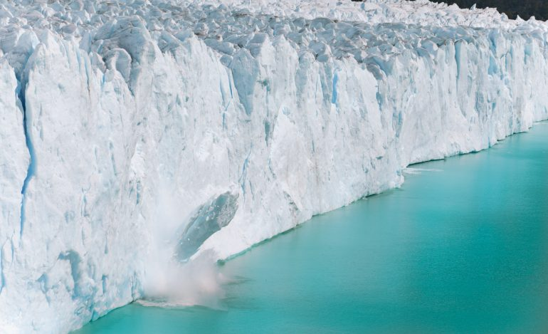 Un bloc de glace se détache du glacier Perito Moreno en Argentine. © Adobe Stock