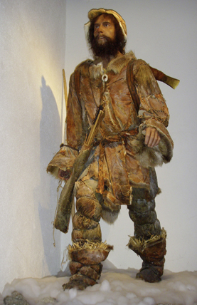 Reconstitution de Ötzi avec ses vêtements et armes. © South Tyrol Museum of Archaeology / www.iceman.it