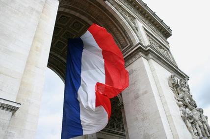 Drapeau tricolore flottant sous l'Arc-de-Triomphe à Paris. (© Remerciements à Chris Stubel)