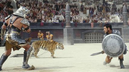 """L'acteur Russell Crow (à droite) est le héros du film """"Gladiator"""" . (© Dreamworks pictures / Universal Pictures)"""