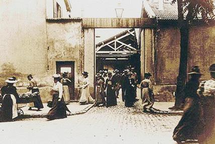 """Image du premier film des frères Lumière intitulé """" Sortie des usines Lumière à Monplaisir, Lyon"""". (© institut-lumiere.org)"""