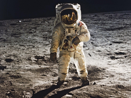 Buzz Aldrin marchant sur la lune (mission Apollo 11) © NASA