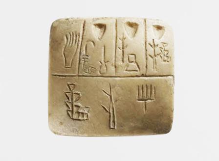 Tablette en calcaire trouvée à Uruk (-3300 ans). Première écriture connue qui est une liste de noms propres. Les encoches sont des nombres. © Musée du Louvre / Thierry Ollivier